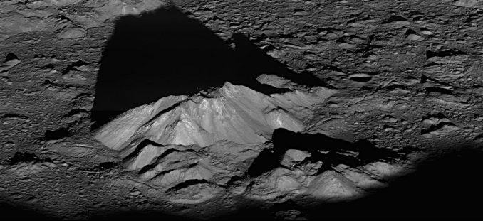 Der Zentralbergkomplex im Innern des Mondkraters Tycho, aufgenommen vom Lunar Reconnaissance Orbiter (LRO) der NASA. (NASA / Goddard / Arizona State University)