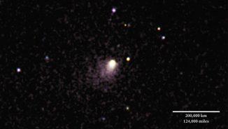 Dieses Kompositbild des Kometen C/2013 A1 Siding Spring basiert auf Bildern, die das UVOT-Instrument zwischen dem 27. und dem 29. Mai 2014 gemacht hat. Das von der Koma des Kometen reflektierte Sonnenlicht erscheint gelblich. Violette Farbtöne kennzeichnen ultraviolettes Licht, das von Hydroxylmolekülen stammt. (NASA / Swift / D. Bodewits (UMD), DSS)