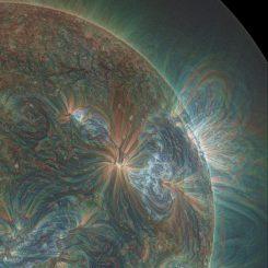 Diese Kombination aus drei Wellenlängen, registriert vom Solar Dynamics Observatory (SDO), zeigt einen der Jets, die zu einer Reihe solarer Ausbrüche führten. Das Licht wurde in rot, grün und blau coloriert. (Alzate / SDO)