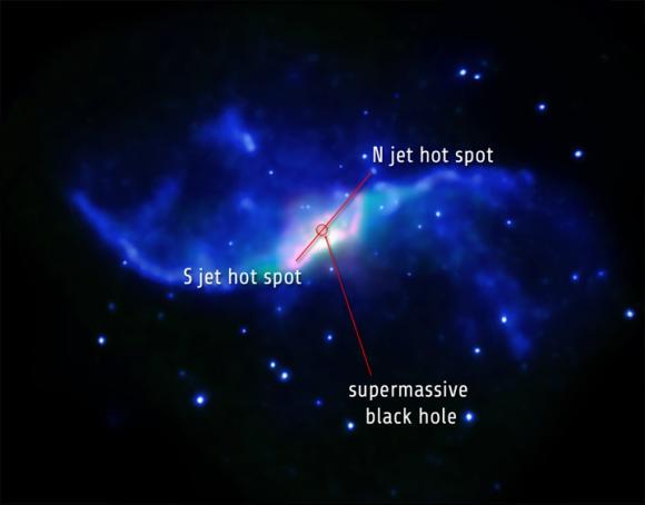 Infrarotdaten von Spitzer (rot und grün) lassen auf die Präsenz von Wasserstoffmolekülen schließen. Blaue Farbtöne repräsentieren Röntgenbeobachtungen von Chandra. (X-ray: NASA / CXC / Caltech / P.Ogle et al; IR: NASA / JPL-Caltech)
