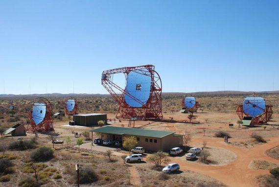 Die HESS-II-Teleskope in Namibia suchen den Himmel nach Gammastrahlensignalen ab. (Wikipedia / User: Christian99 / CC BY-SA 3.0)