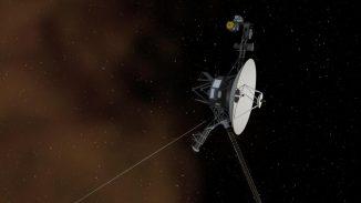 Diese Illustration zeigt die Raumsonde Voyager 1 beim Eintritt in den interstellaren Raum. Der Raum zwischen den Sternen wird von Plasma dominiert, hier als bräunlicher Nebel dargestellt. (NASA / JPL-Caltech)