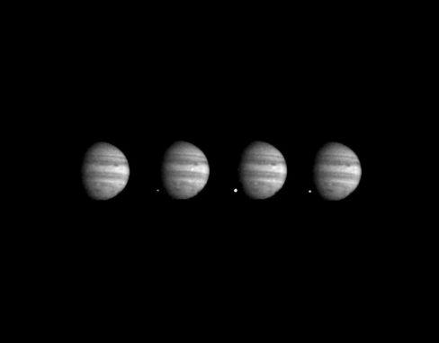 Diese vier Aufnahmen stammen von der NASA-Raumsonde Galileo. Sie zeigen die Einschläge der letzten großen Fragmente des Kometen Shoemaker-Levy 9 auf dem Jupiter. (NASA / JPL-Caltech)