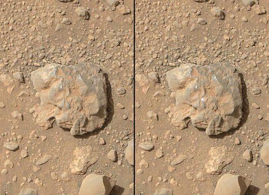 Vorher-Nachher-Aufnahmen eines Lichtblitzes, der von dem Laser der ChemCam erzeugt wurde, als er den Stein traf. Die Bilder wurden mit der Kamera des Mars Hand Lens Imager (MAHLI) Instruments gemacht, das sich an dem Roboterarm des Rovers befindet. (NASA / JPL-Caltech / MSSS)