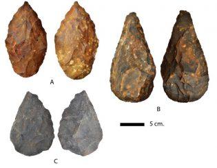 Faustkeile aus der Ausgrabungsstätte in Kathu. A und B sind Sandsteinfaustkeile, C besteht aus Quarzit. (Steven James Walker & et al.)
