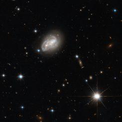 Das stark interagierende Galaxienpaar 2MASX J06094582-2140234, aufgenommen vom Weltraumteleskop Hubble. (ESA / Hubble &