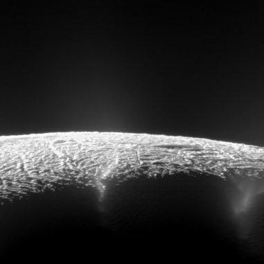 Dieses Bild zeigt das Geysirbecken auf dem Saturnmond Enceladus. Wasserdampf und Eispartikel werden aus Bruchstrukturen in den Weltraum geschleudert. Forscher haben die Quellen von etwa 100 Geysiren lokalisiert und neue Einblicke in ihren Ursprung gewonnen. (NASA / JPL-Caltech / SSI)