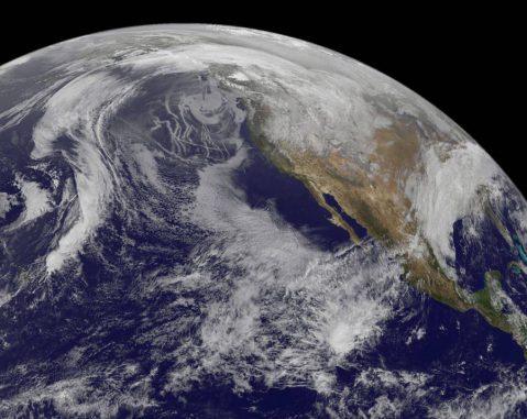 Tiefliegende Wolken über der kalifornischen Küste am 26, Juli 2014. Die Aufnahme stammt vom Geostationary Operational Environmental Satellite (GOES)-15 Satellit der NOAA / NASA. Eine neue Studie untersucht, wie Veränderungen der Aerosolkonzentrationen diesen Wolkentyp beeinflussen. (NASA / Goddard Space Flight Center, data from NOAA GOES)