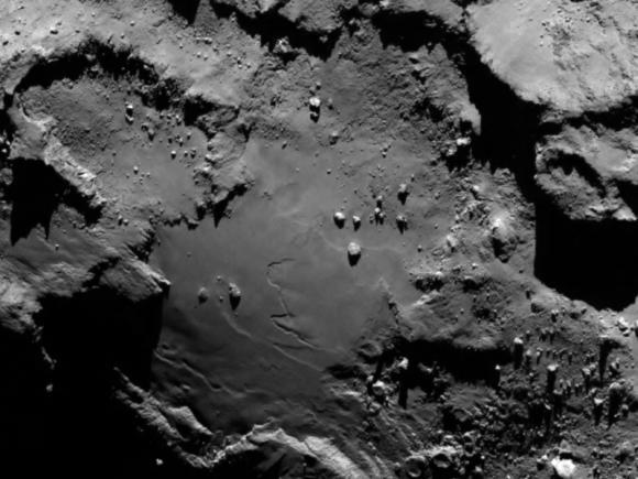 Nahaufnahme einer glatten Region an der Basis des Kometenkörpers. Das Bild stammt vom OSIRIS-Instrument und wurde am 6. August 2014 aufgenommen. (ESA / Rosetta / MPS for OSIRIS Team)