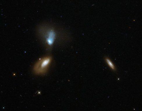 Das interagierende Galaxienpaar Zw I 136 (links) und einige andere Galaxien, aufgenommen vom Weltraumteleskop Hubble. (ESA / Hubble & NASA; Acknowledgement: Judy Schmidt)