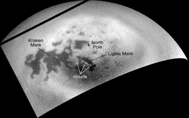 Als sich die NASA-Raumsonde Cassini wieder von Titan entfernte, nahmen ihre Kameras die Nordpolarregion des Mondes auf und fotografierten Anzeichen für neue Wolkenaktivitäten. (NASA / JPL-Caltech / Space Science Institute)