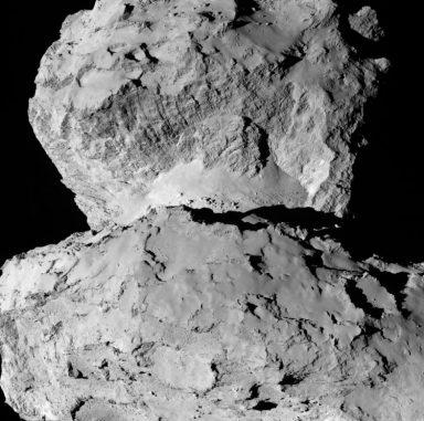 Auf diesem Bild des Kometen 67P/Churyumov-Gerasimenko sind die vielfältigen Strukturen auf seiner Oberfläche zu erkennen. (ESA / Rosetta / NAVCAM)