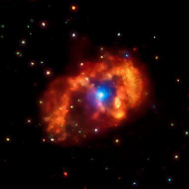Chandra-Aufnahme des Doppelsternsystems Eta Carinae und seiner komplexen Umgebung. Die beiden massereichen Sterne emittieren gewaltige Sternwinde, die miteinander kollidieren und dabei Röntgenstrahlung produzieren. (NASA / CXC / GSFC / K.Hamaguchi, et al.)