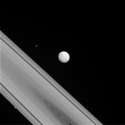 Die Saturnmonde Tethys (Bildmitte), Hyperion (oben links) und Prometheus (unten links), aufgenommen von der Raumsonde Cassini. (NASA / JPL-Caltech / Space Science Institute)