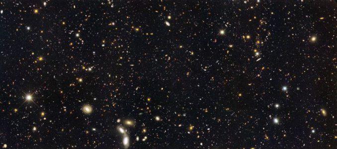 Hubble-Aufnahme von entfernten Galaxien im GOODS-South-Feld. Astronomen haben herausgefunden, dass die Sternentstehungsrate eine Milliarde Jahre nach dem Urknall bedeutend höher war als heute. (NASA / HST / GOODS Team)
