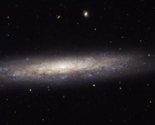 NGC 4206 ist eine Spiralgalaxie im Sternbild Jungfrau. Von unserem Beobachtungspunkt aus blicken wir auf die Kante der Galaxie. (ESA / Hubble & NASA; Acknowledgement: Nick Rose)