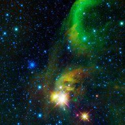 WISE-Aufnahme eines Gebietes zwischen den Sternbildern Schütze und Südliche Krone, wo zahlreiche neue Sterne entstehen. (NASA / JPL-Caltech / UCLA)