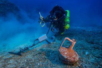 Der griechische Taucher Alexandros Sotiriou entdeckt einen intakten Keramikkrug und einen Takelagenring aus Bronze. (Brett Seymour, Copyright: Return to Antikythera 2014)