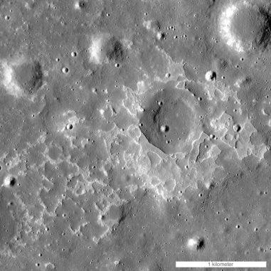 Diese Struktur namens Maskelyne ist eine von vielen neu entdeckten, jungen, vulkanischen Ablagerungen auf dem Mond. Sie werden als irreguläre Marebereiche bezeichnet und sind vermutlich Überreste kleiner, basaltischer Eruptionen. (NASA / GSFC / Arizona State University)