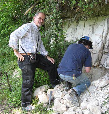 Leonardo Sagnotti (links) und Co-Autor Giancarlo Scardia sammeln eine Probe für die paläomagnetische Analyse. (UC Berkeley)