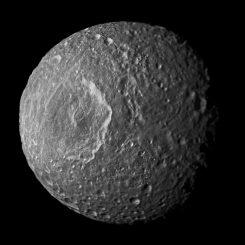 Dieses Mosaik des Saturnmondes Mimas wurde aus Bildern erstellt, die von der NASA-Raumsonde Cassini während ihres engsten Vorbeifluges an dem Mond am 13. Februar 2010 gemacht wurden. (NASA / JPL-Caltech / Space Science Institute)
