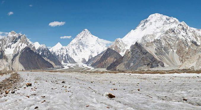 Diese Aufnahme zeigt den K2, den zweithöchsten Berg der Erde (Mitte), mit dem Baltoro-Gletscher im Vordergrund. Forscher haben das Klima in der Bergregion untersucht und eine mögliche Erklärung für die Karakorum-Anomalie gefunden. (Image courtesy of Princeton University)