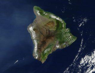 Satellitenbild der Insel Hawaii. Der Vulkan Kilauea befindet sich etwas landeinwärts im südöstlichen Teil der Insel. (NASA / Goddard Space Flight Center)