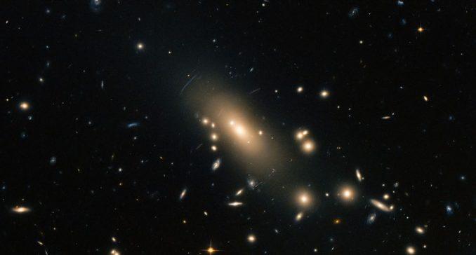 Dieses Bild des Galaxienhaufens Abell 1413 wurde aus optischen und nahinfraroten Beobachtungsdaten des Weltraumteleskops Hubble erstellt. (ESA / Hubble & NASA; Acknowledgement: Nick Rose)