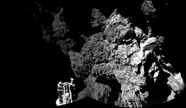 Diese Aufnahme von der Kometenoberfläche machte die Landeeinheit Philae kurz nach dem Aufsetzen auf dem Kometen 67P/Churyumov-Gerasimenko. (ESA / Rosetta / Philae / CIVA)