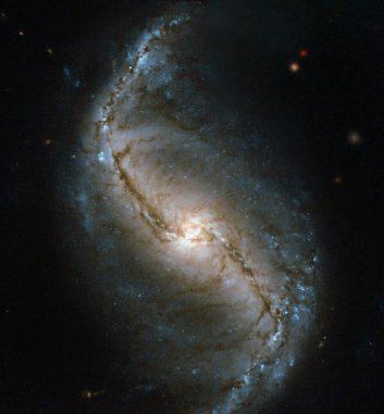 NGC 986 ist eine Balkenspiralgalaxie in etwa 56 Millionen Lichtjahren Entfernung. Sie liegt im Sternbild Chemischer Ofen. (ESA / Hubble & NASA)