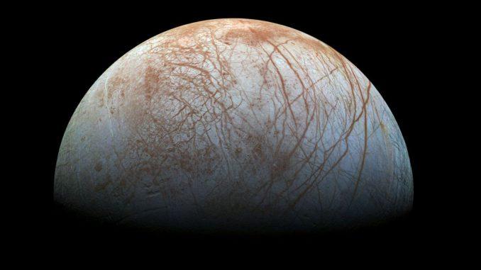Die faszinierende Oberfläche des Jupitermondes Europa wird in dieser neubearbeiteten Farbansicht hervorgehoben. Das Bild basiert auf Bildern, die die NASA-Sonde Galileo in den späten 1990er Jahren machte. (NASA / JPL-Caltech / SETI Institute)