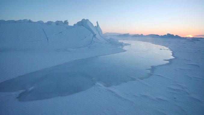 Die Flut erreicht eine Eisfläche in Grönland. (National Snow and Ice Data Center / Andy Mahoney)