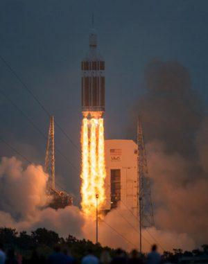 Die Delta-IV-Rakete mit der Orion-Raumkapsel auf ihrer Spitze hebt vom Space Launch Complex 37 der Cape Canaveral Air Force Station ab. (NASA / Bill Ingalls)