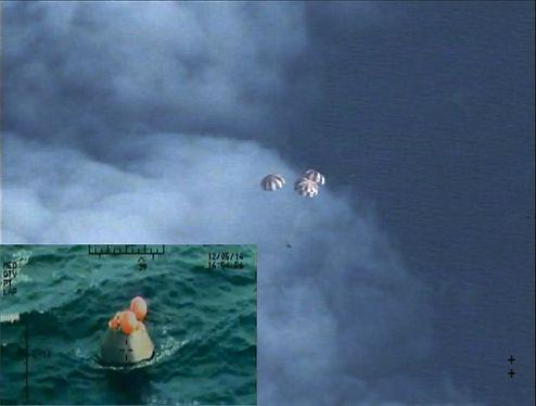 Wasserung der Orion-Raumkapsel nach ihrem Flugtest. (NASA)