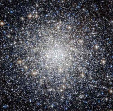 Hubble-Aufnahme des Kugelsternhaufens Messier 92 (M92) im Sternbild Herkules. (ESA / Hubble & NASA; Acknowledgement: Gilles Chapdelaine)
