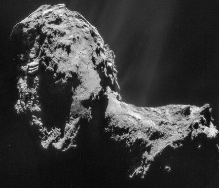 Mosaikaufnahme des Kometen 67P/Churyumov-Gerasimeko. Das Mosaik besteht aus vier einzelnen NAVCAM-Bildern, die am 20. November 2014 aus einer Entfernung von 31 Kilometern aufgenommen wurden. Die Auflösung beträgt drei Meter pro Pixel. (ESA / Rosetta / NAVCAM)