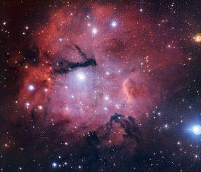 Diese Weitfeldansicht der Sternentstehungsregion Gum 15 stammt vom MPG/ESO 2,2-Meter-Teleskop der Europäischen Südsternwarte in Chile. (ESO)