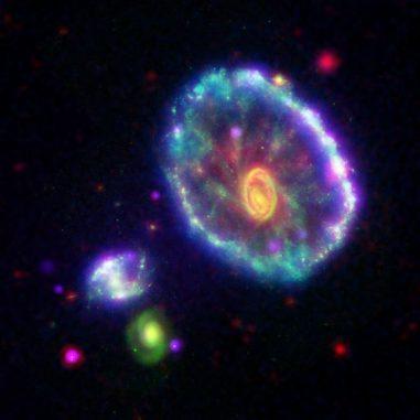 Die Wagenradgalaxie. Das Bild basiert auf Daten der Weltraumteleskope, Chandra, Spitzer, GALEX und Hubble. (NASA / JPL-Caltech)