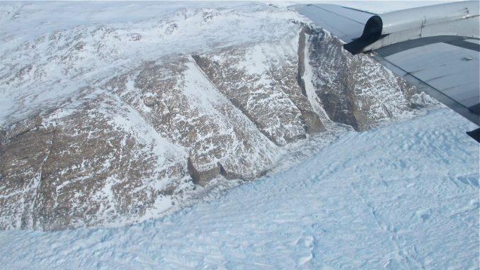 Ein Gletscher im Osten Grönlands, fotografiert von Bord eines P-3-Flugzeugs der Operation IceBridge im April 2014. (NASA / Jim Yungel)