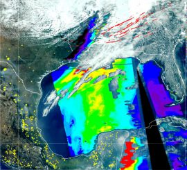 Satellitenbild der südöstlichen Vereinigten Staaten, Zentralamerika und dem Golf von Mexiko vom 27. April 2011. Tornadoschneisen vom 26.-28. April sind als rote Linien markiert. Gelbe Gebiete kennzeichnen Feuer. Rauchteilchen in der Luft werden in rot (viel) bis violett (wenig) dargestellt. (Imagery courtesy of Brad Pierce, NOAA Satellite and Information Service Center for Satellite Applications and Research)