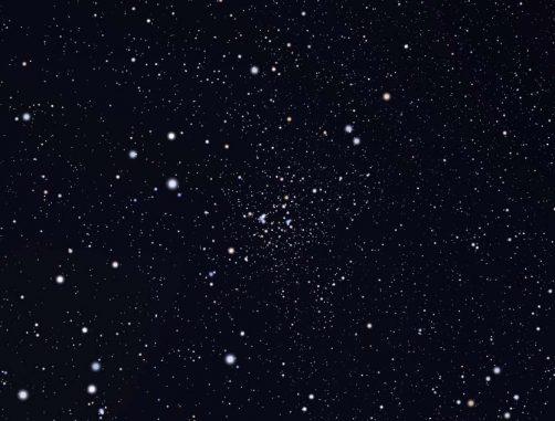 Der Sternhaufen NGC 6819. Astronomen haben die Rotationsperioden von 30 sonnenähnlichen Sternen in diesem Sternhaufen gemessen, um die genutzten Kalibrierungen zu verfeinern. (Harvard-Smithsonian Center for Astrophysics)