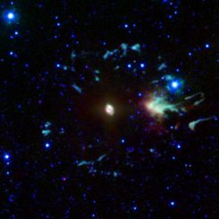 NGC 6543, der Katzenaugennebel, aufgenommen vom Weltraumteleskop Spitzer in infraroten Wellenlängen. (NASA / JPL-Caltech)