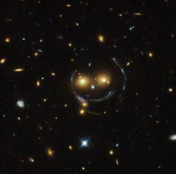 Hubble-Aufnahme des Galaxienhaufens SDSS J1038+4849. (NASA & ESA; Acknowledgement: Judy Schmidt (geckzilla.org))
