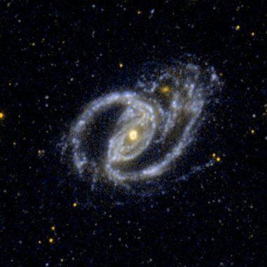 Ultraviolettbild des interagierenden Galaxienpaars NGC 1097 und NGC 1097A, aufgenommen vom Galaxy Evolution Explorer (GALEX). (NASA / JPL-Caltech / SSC)