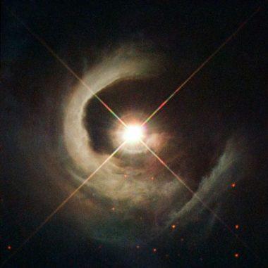 Der Reflexionsnebel um den Stern V1331 Cyg, aufgenommen vom Weltraumteleskop Hubble. (ESA / Hubble, NASA, Karl Stapelfeldt (GSFC), B. Stecklum and A. Choudhary (Thüringer Landessternwarte Tautenburg, Germany))