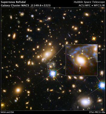 Die Gravitation eines massereichen Galaxienhaufens führt zu den hier gekennzeichneten Mehrfachbildern einer Supernova-Explosion. (NASA, ESA, and S. Rodney (JHU) and the FrontierSN team; T. Treu (UCLA), P. Kelly (UC Berkeley), and the GLASS team; J. Lotz (STScI) and the Frontier Fields team; M. Postman (STScI) and the CLASH team; and Z. Levay (STScI))