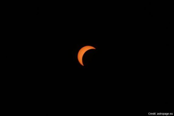Die partielle Sonnenfinsternis vom 20. März 2015, Einzelbild aus dem unten eingebundenen Video. (astropage.eu)