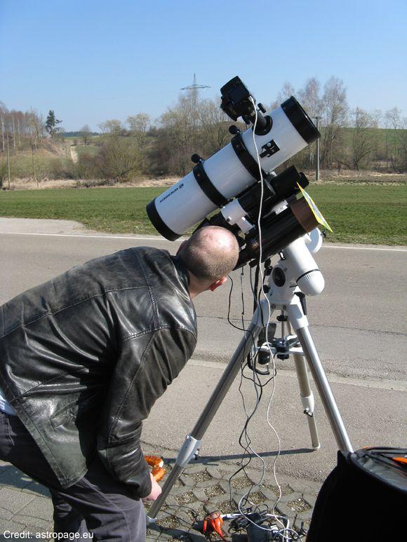 Ein (offenbar hungriger) Zuschauer beobachtet die partielle Sonnenfinsternis durch das Maksutov-Teleskop (astropage.eu)