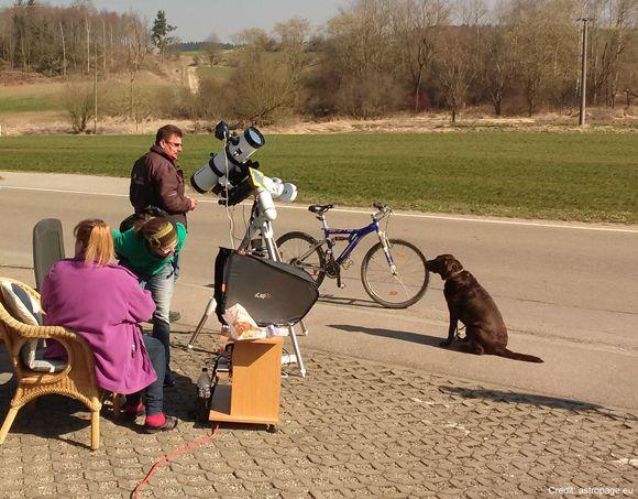 Passanten bei der Sonnenbeobachtung. (astropage.eu)
