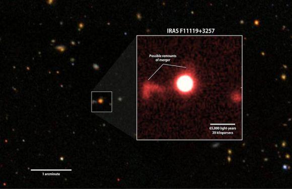 Rotfilteraufnahme der Galaxie IRAS F11119+3257 vom 2,2-Meter-Teleskop der University of Hawaii. Man erkennt schwache Strukturen, die auf Gezeitenwirkungen einer galaktischen Verschmelzung hinweisen könnten. Das Hintergrundbild ist eine Weitfeldaufnahme der gleichen Region vom Sloan Digital Sky Survey. (NASA / Goddard Space Flight Center / SDSS / S. Veilleux)